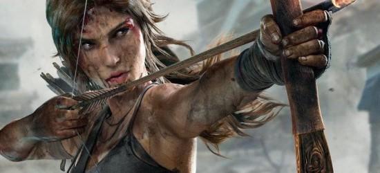 Lara Croft spöar Nathan Drake med ögonbindel och ena handen bakom ryggen.