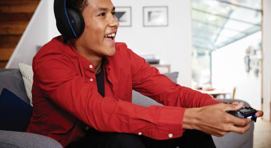 Så här glad blir man om man spelar och använder sig av det nya headsettet! Tyvärr är vår enda källa i dagsläget Sony själva, och de är måhända aningen tendentiösa.