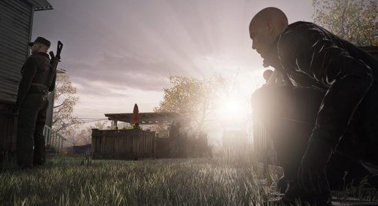 Agent 47 försöker fånga solblänket med den kala hjässan för att blända vakten.