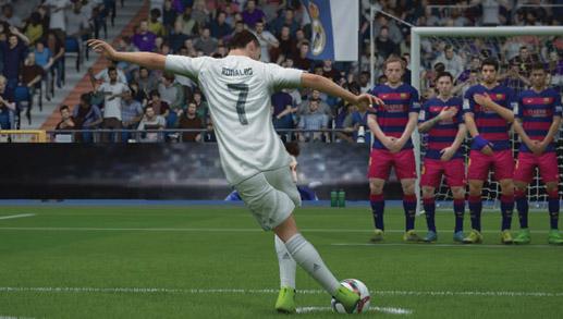 Cristiano Ronaldo försöker snubbla trots att han redan har fått frispark.